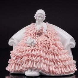 Фарфоровая статуэтка Девшка с веером, сидящая на диване, кружевная, Muller & Co, Германия, пер. пол 20 в.